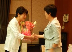 東京・生活者ネットワーク代表の西崎光子さん(都議会議員)から「これからもしっかり頑張ってね」と花束を頂きました。