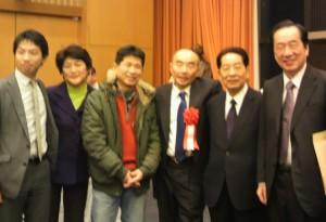 菅内閣では参与も務められました。駆けつけた菅直人さん、仙谷由人さん(前衆議院議員)と。