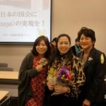 全日本おばちゃん党代表谷口真由美さん(中央)井戸正枝さん(前衆議院議員・左)と。